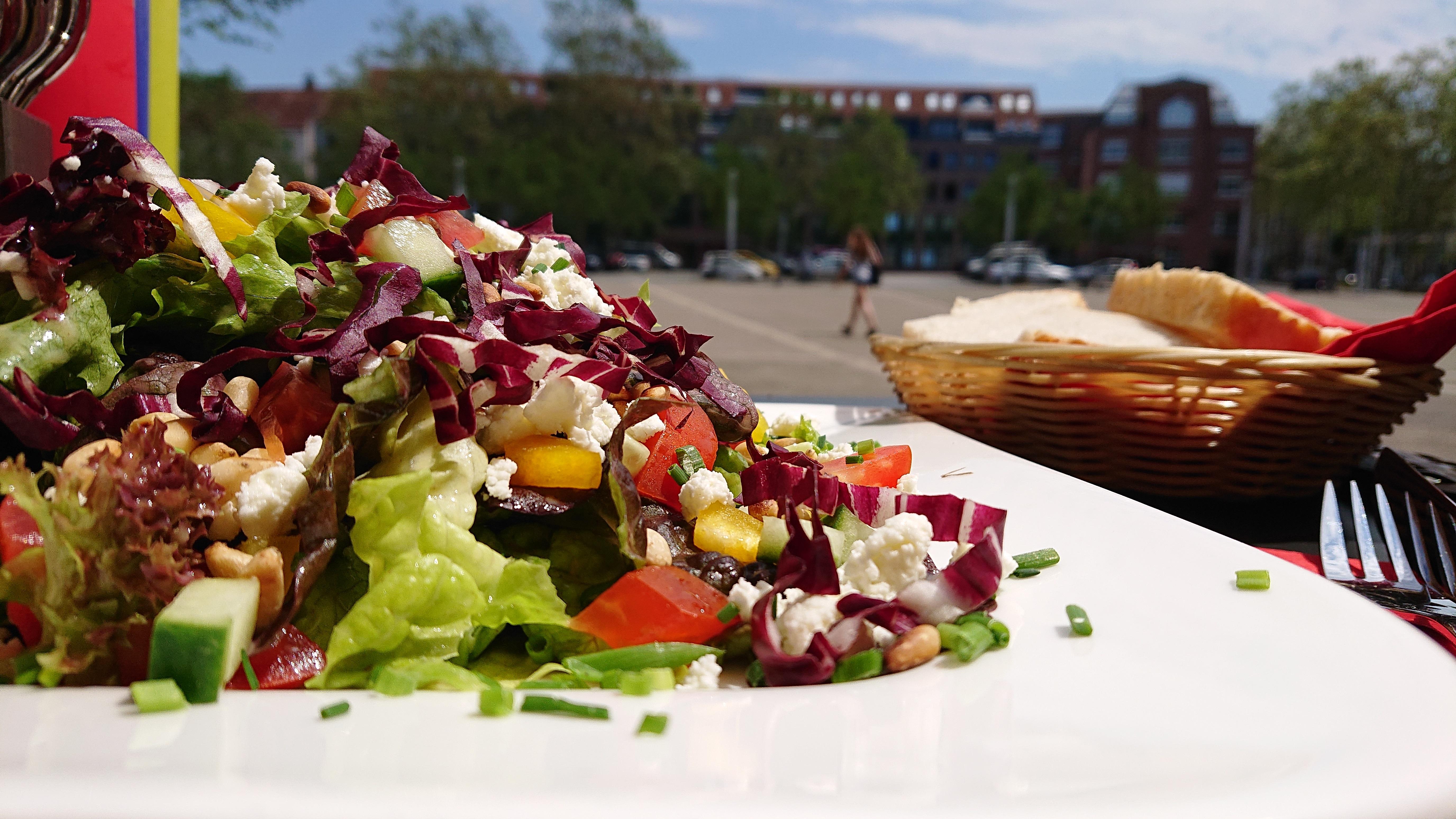 Salat mit Schafskäse und Pinienkerne